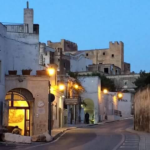 Il Quartiere delle Ceramiche a Grottaglie,con l'entrata della galleria d'arte Fornaro nel Frantoio Ipogeo.