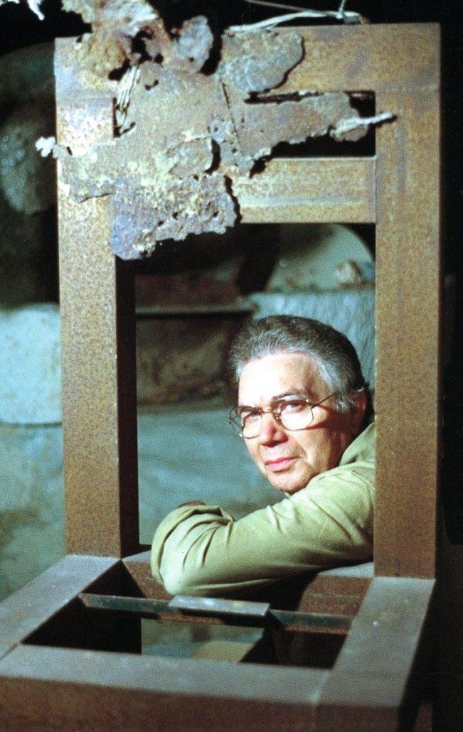 Ciro Fornaro nel suo studio laboratorio a Grottaglie.