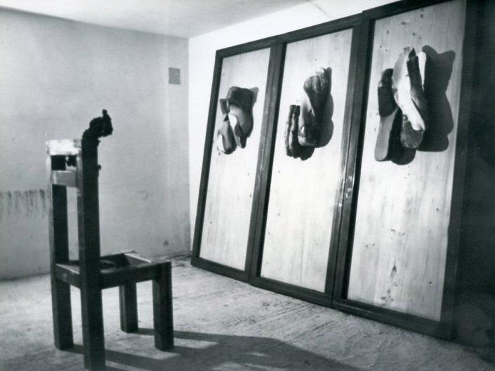 Megalitico sculture in refrattario 1100°, su pannelli di legno (1981) e sedia in acciaio ferroso Aspettando Ulisse installazione 1983
