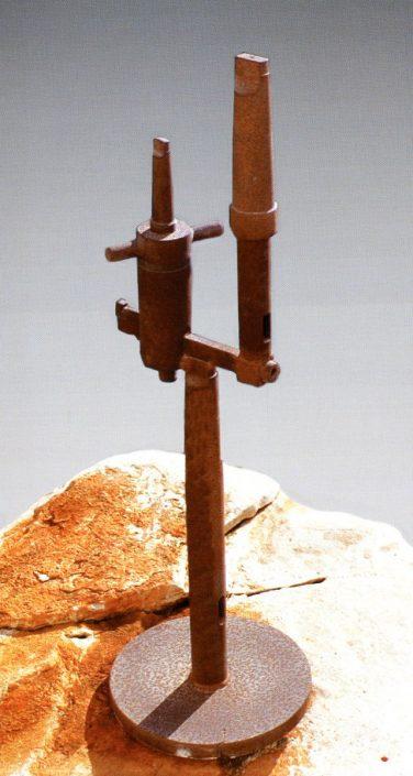 Trilite, scultura in acciaio ferroso, h. cm. 95, 1980