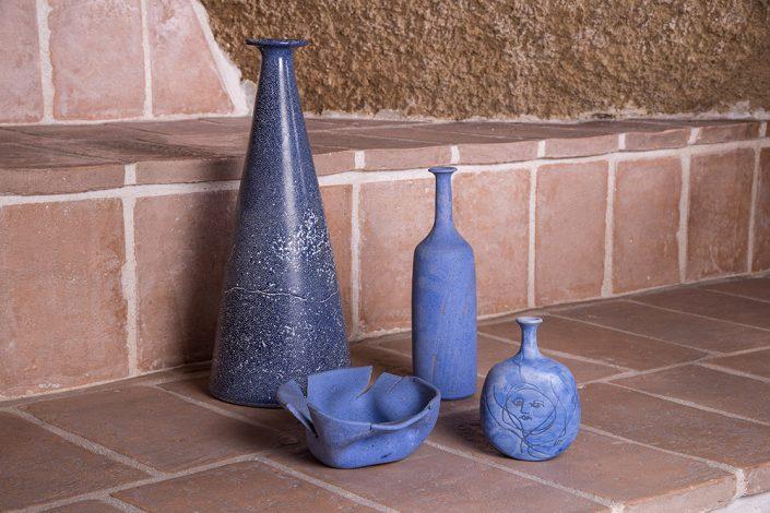 Bottiglie d'arredo in maiolica incisa opaca blu