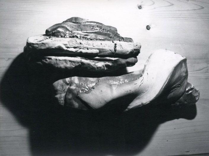 Particolare di Megalitico scultura in refrattario 1100° su base in legno,1981