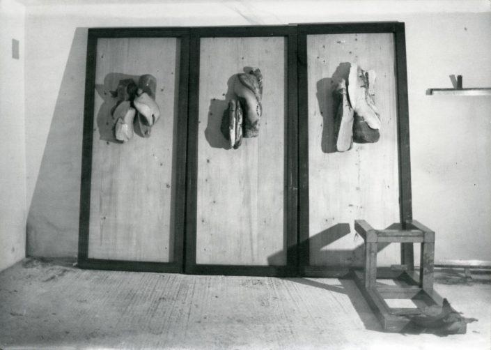 Sculture in argilla refrattaria su pannelli di legno,installazione 1983
