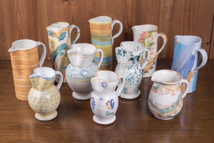 Caraffe per bevande in maiolica dipinta a mano,disponibili in varie decorazioni, misure ( 2 lt, 1 lt, 1:2 lt, 3:4 lt) e forme (cilindro largo, cilindro stretto e lungo, bombata e strulo)