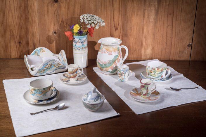 Composizione servizio da te, stile Fantasy, con tazze te dritte ,tazzine caffè alte cono,lattierina,caraffa e portatovaglioli.
