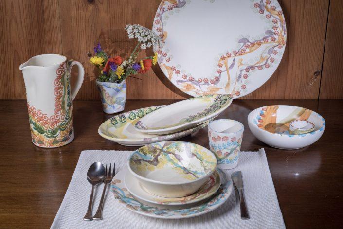 Composizione servizio piatti stile Fantasy, maiolica dipinta a mano.