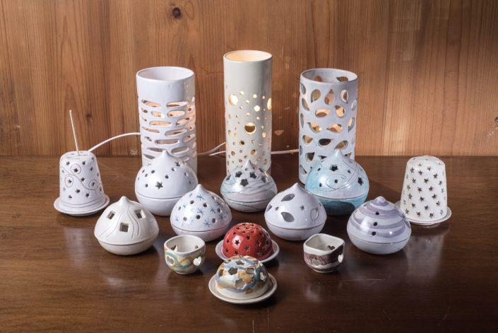 Lampade a candela ed elettriche,disponibili in varie decorazioni.Ceramica modellata e dipinta a mano