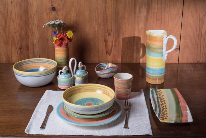 """Composizione servizio piatti stile """"Bande colorate"""",maiolica dipinta a mano."""