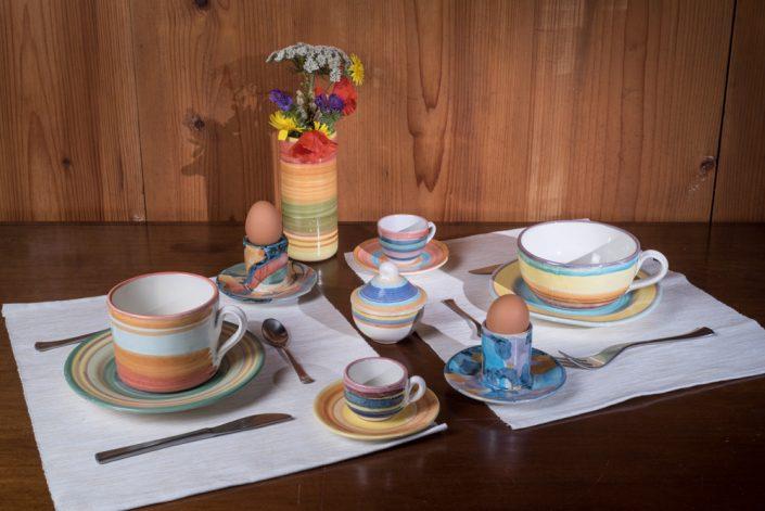 """Servizio da prima colazione, stile """"Bande colorate"""", con tazza da latte,portauovo , tazzina caffe e zuccheriera piccola."""