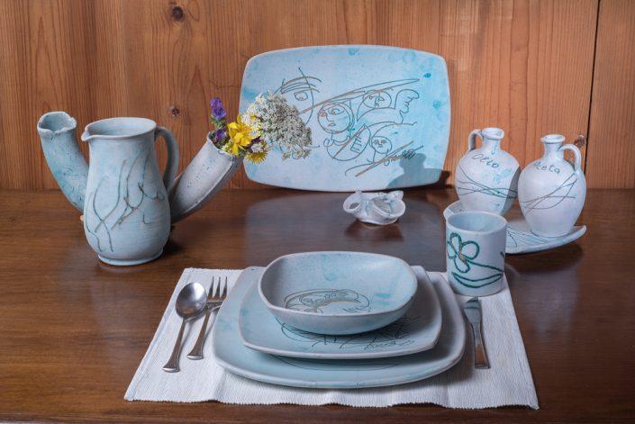 """Composizione piatti da tavola quadrati, stile """"Mediterraneo"""",maiolica incisa."""