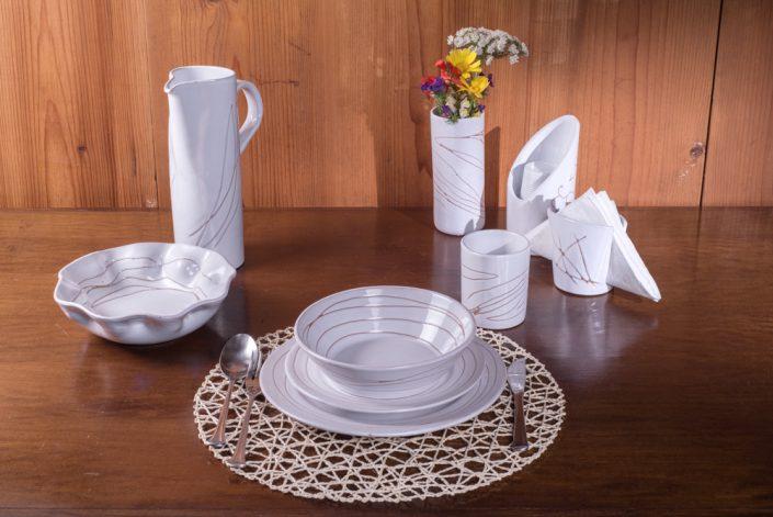 """Set da tavola,collezione """"Bianco inciso"""". Maiolica lavorata a mano."""