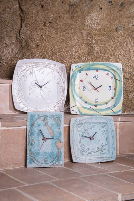 Orologi in maiolica incisa o decorata a mano. (Disponibili in varie forme,dimensioni e decorazioni)