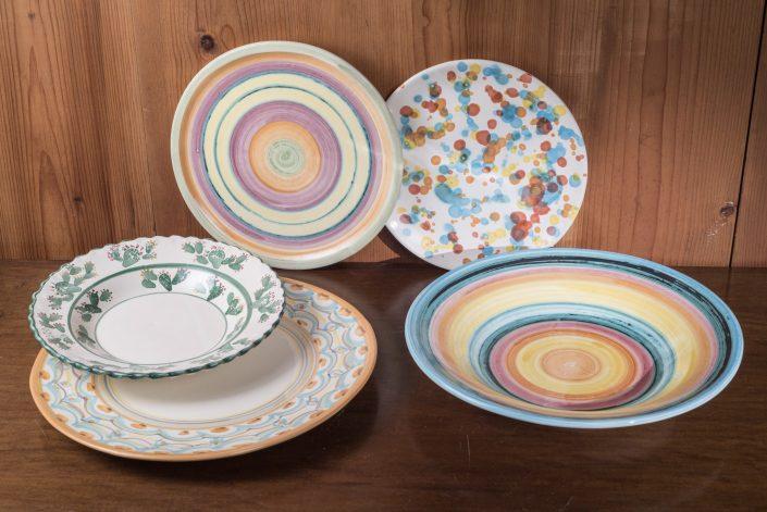 Piatti da portata in ceramica dipinta a mano. Disponibili in varie misure e forme (piani con bordo o senza e fondi)